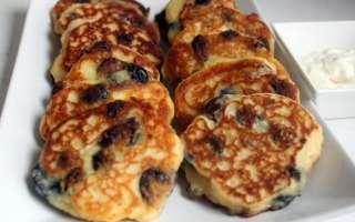 Пышные сырники из творога с изюмом – классический рецепт приготовления с пошаговыми фото на сковороде