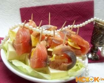 Канапе с рыбой на шпажках – простой рецепт с пошаговыми фото приготовления закуски на праздничный стол в домашних условиях