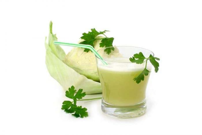 свежевыжатый капустный сок с зеленью петрушки и четвертинка кочана капусты